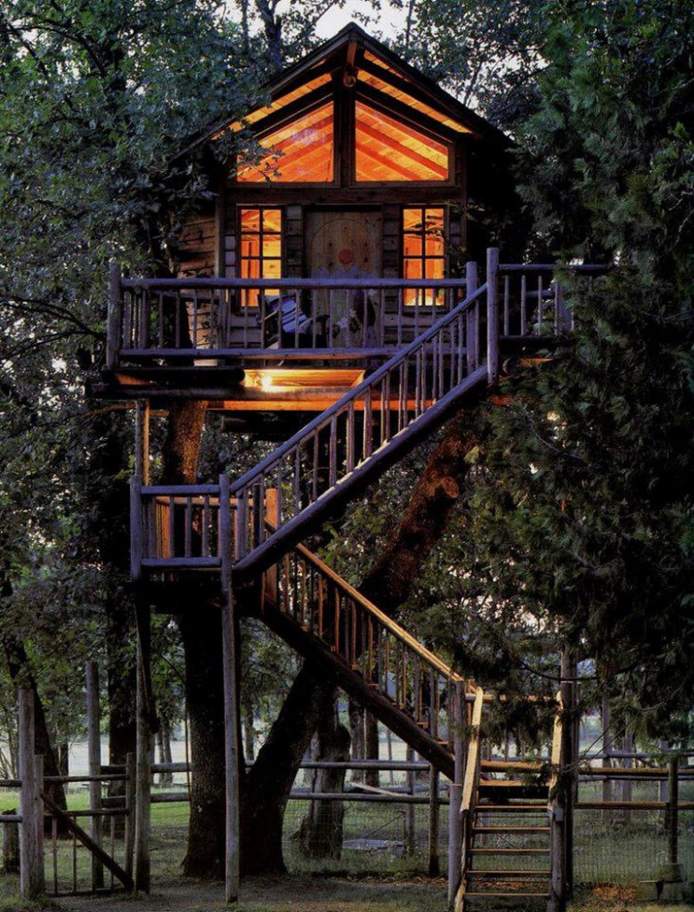 10 epic tree houses you can stay in drive the nation for Tree house cabins arkansas