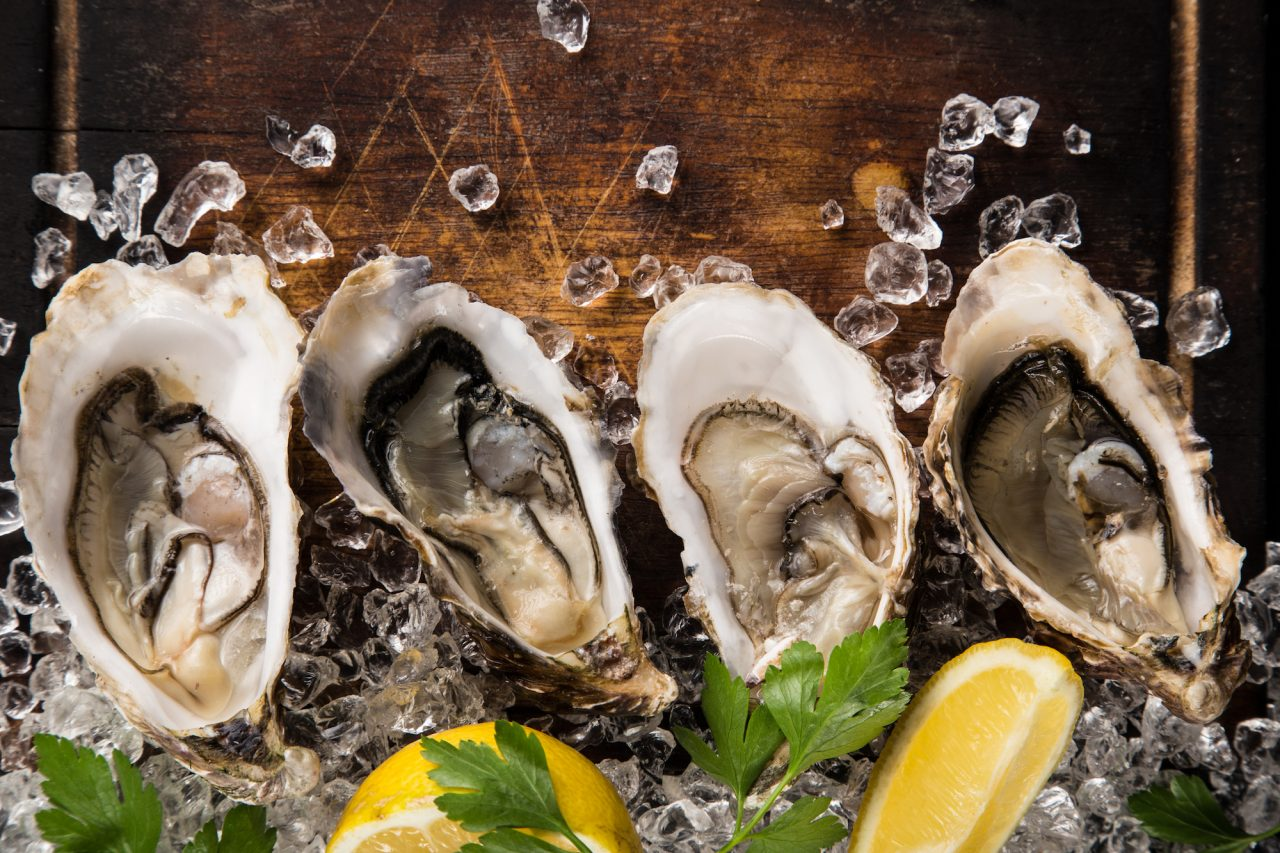 Raw oysters with lemon