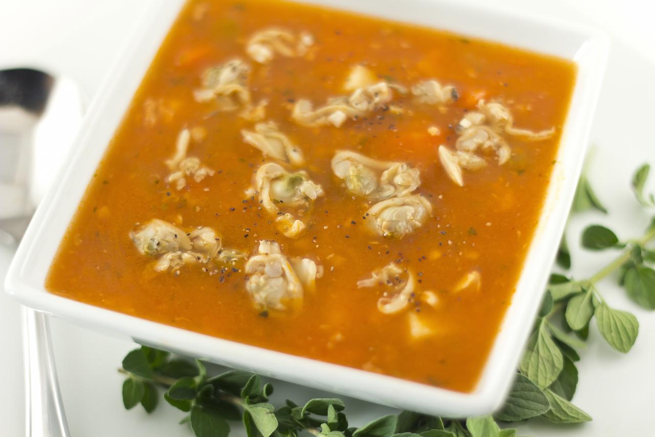 close up bowl of manhattan clam chowder